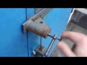 Как открыть винтовой замок на гараже?