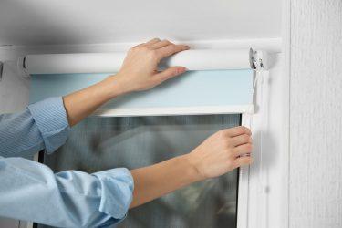 Как снять рулонные шторы для стирки?
